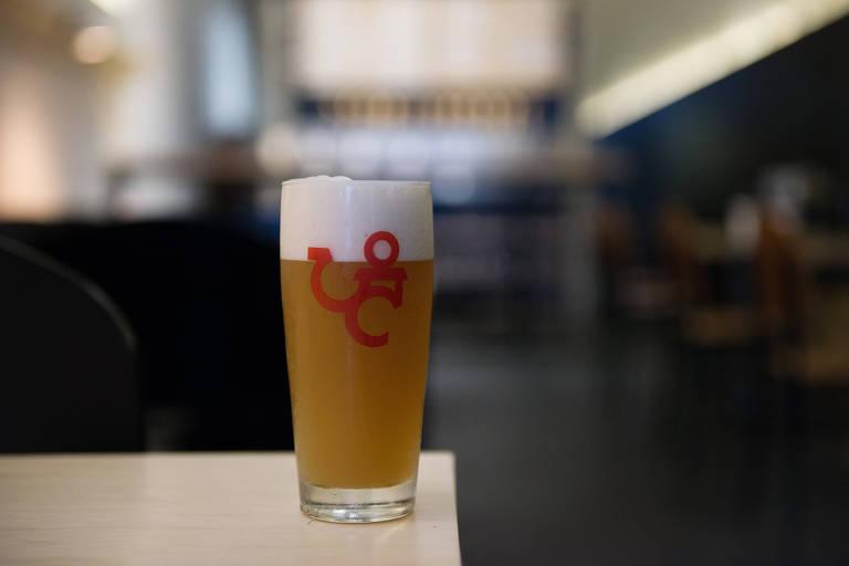 Copo de cerveja do estilo American Pale Ale da Cervejaria Central, recém-inaugurada na Vila Buarque
