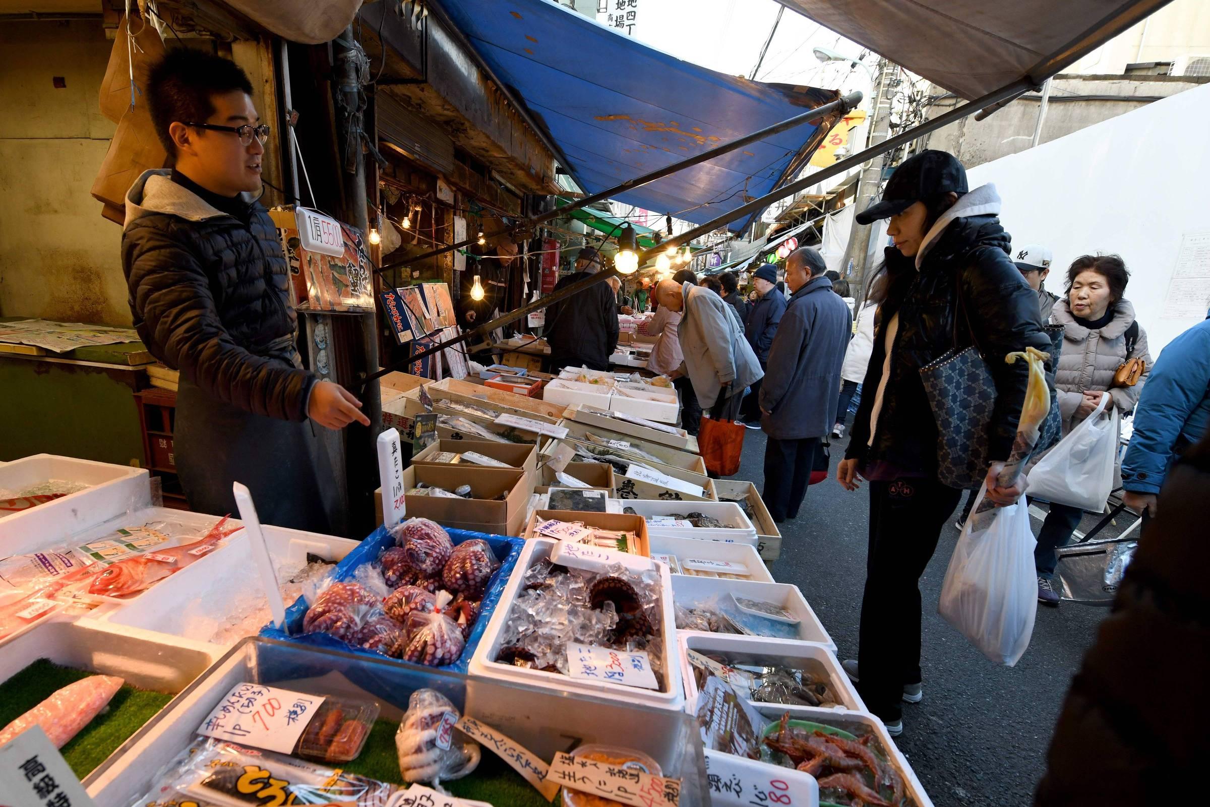 Fecha o lendário mercado de peixes Tsukiji, em Tóquio - 05/10/2018 ...