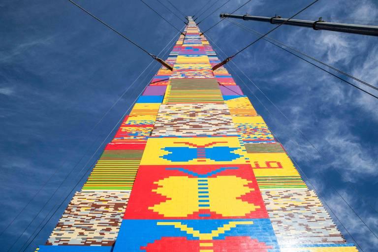 Tel Aviv tenta quebrar recorde com torre de tijolos de plástico de 36 metros de altura