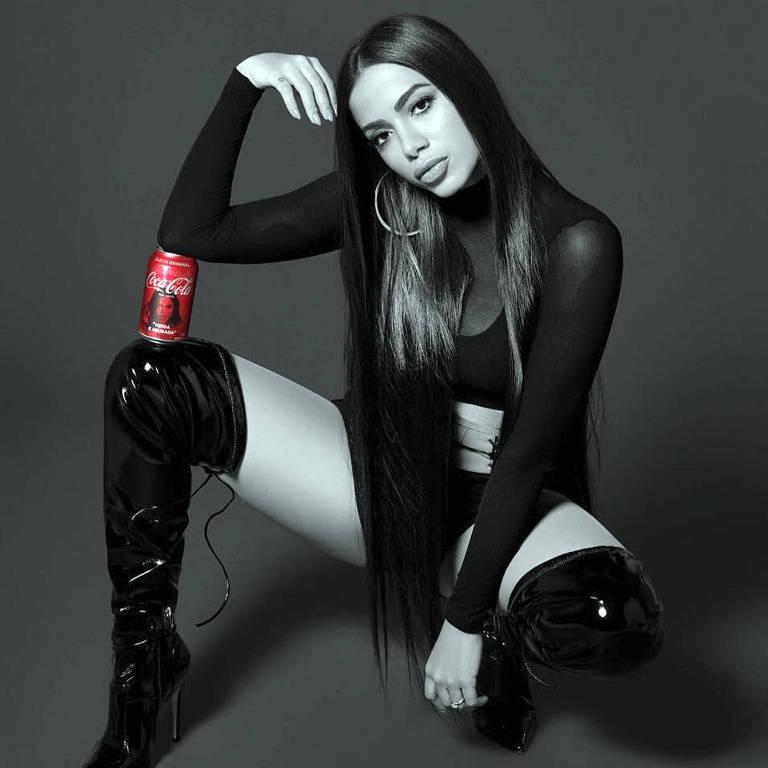 A cantora Anitta em propaganda da Coca-Cola