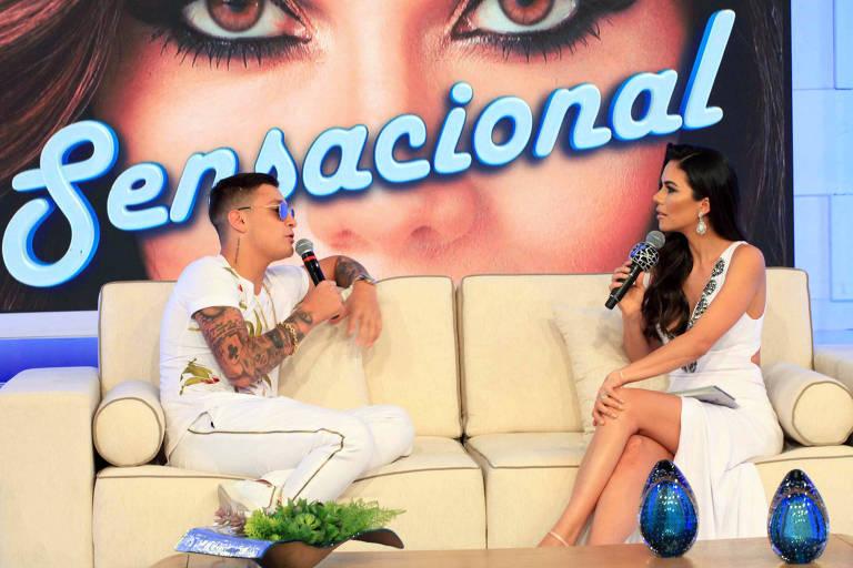 MC Gui no palco do programa 'Sensacional' com a apresentadora Daniela Albuquerque