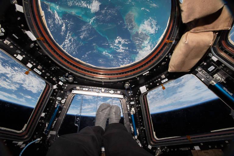 O astronauta Scott Kelly observa a Terra a partir da Estação Espacial Internacional