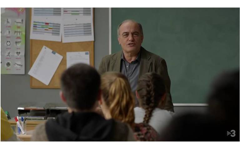 """O ator Francesc Orella em cena da série espanhola """"Merlí"""" (2015), em cartaz na Netflix."""