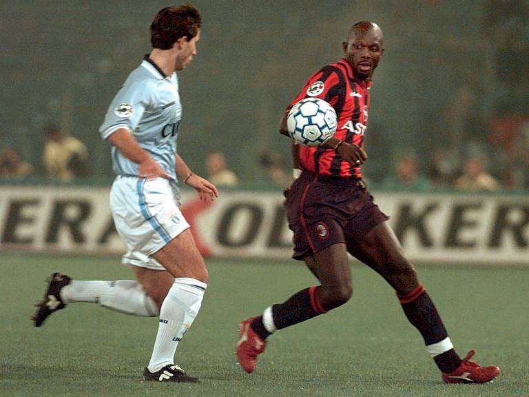 George Weah, no Milan, disputa bola com Diego Fuser, da Lazio, na final da Copa da Itália de 1998