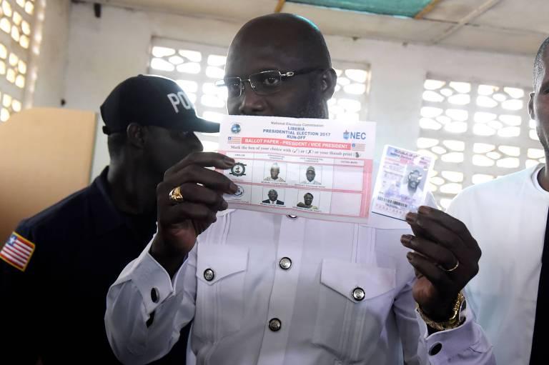 George Weah vota no segundo turno da eleição que o levou à presidência da Libéria nesta terça (26)