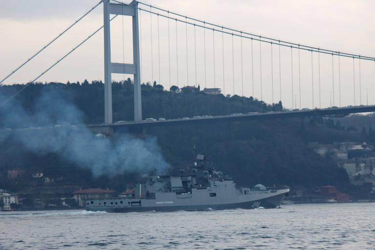 A fragata Almirante Grigorovich navega pelo estreito de Bósforo, em Istambul, para chegar ao Mediterrâneo