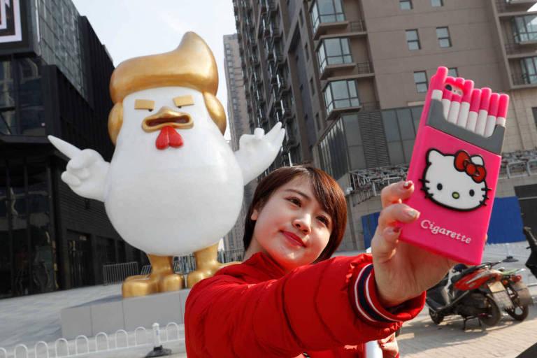 """O """"galo Trump"""" diante do shopping em Taiyuan, criado em dezembro de 2016"""