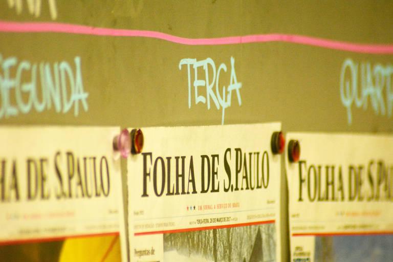 Edições da Folha expostas na redação do jornal