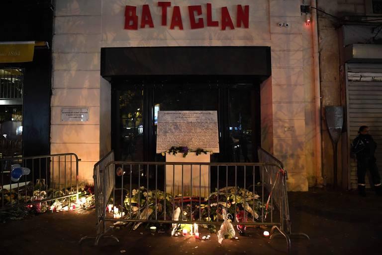 Moradores de Paris montam memorial em frente ao Bataclan, um dos alvos dos atentados de 2015
