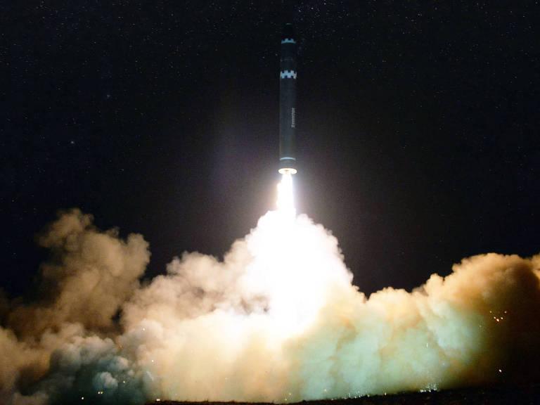 Foto da agência de notícias estatal norte-coreana mostra lançamento de míssil intercontinental em novembro