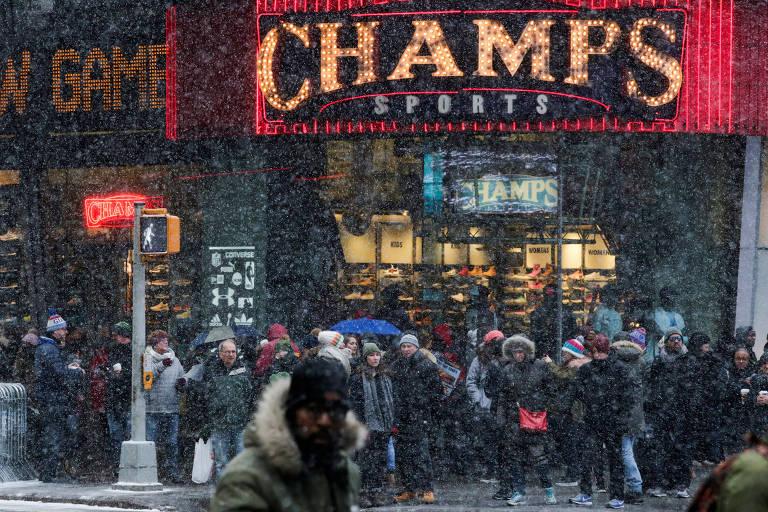 Pessoas andam na Times Square, em Nova York, durante tempestade de neve