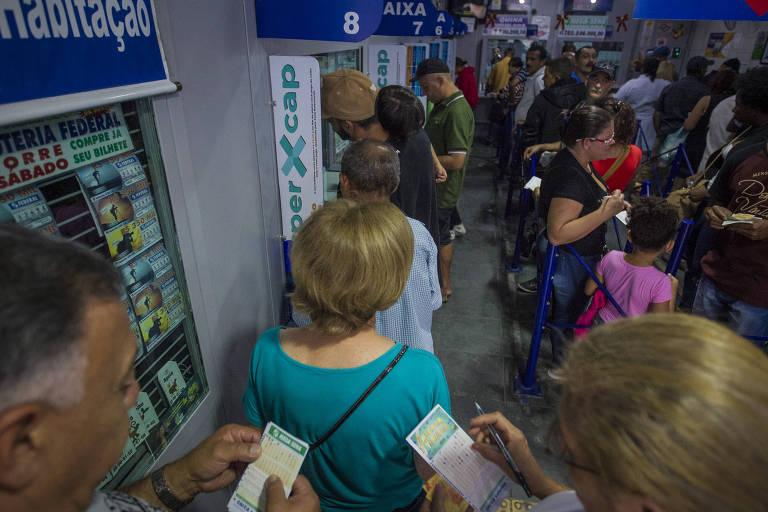pessoas em  fila na casa lotérica