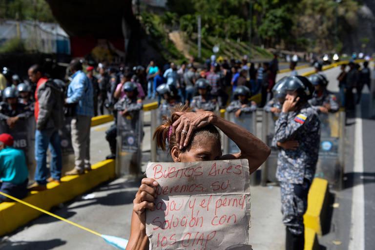 Moradores de favela de Caracas protestam ap�s regime n�o entregar pernil e comida subsidiada no Natal