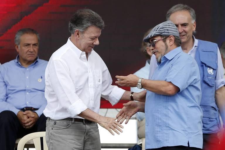 O presidente da Colômbia, Juan Manuel Santos, cumprimenta o líder da Farc, Rodrigo Londoño, em junho