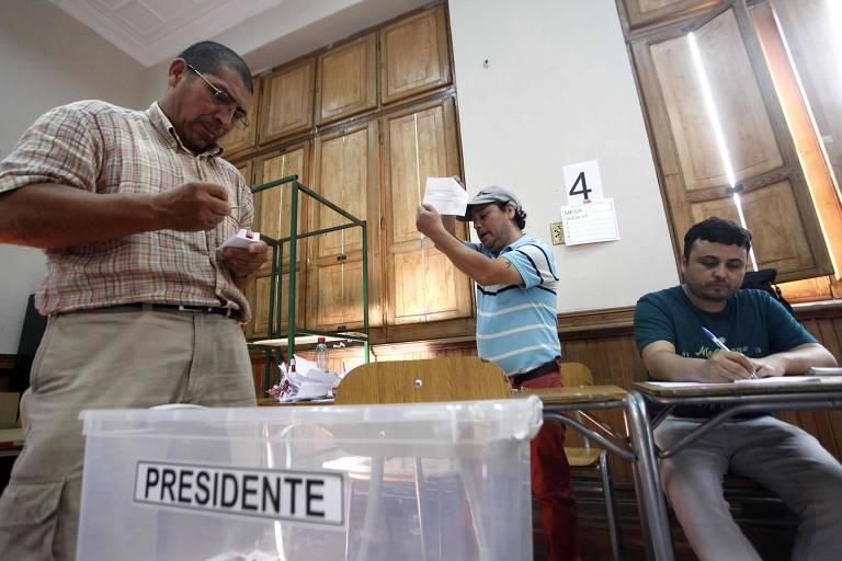 Mesários contam votos de seção no segundo turno da eleição presidencial no Chile, vencida por Sebastián Piñera