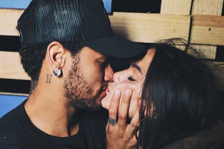 Neymar e Bruna Marquezine se beijam em foto tirada em Fernando de Noronha