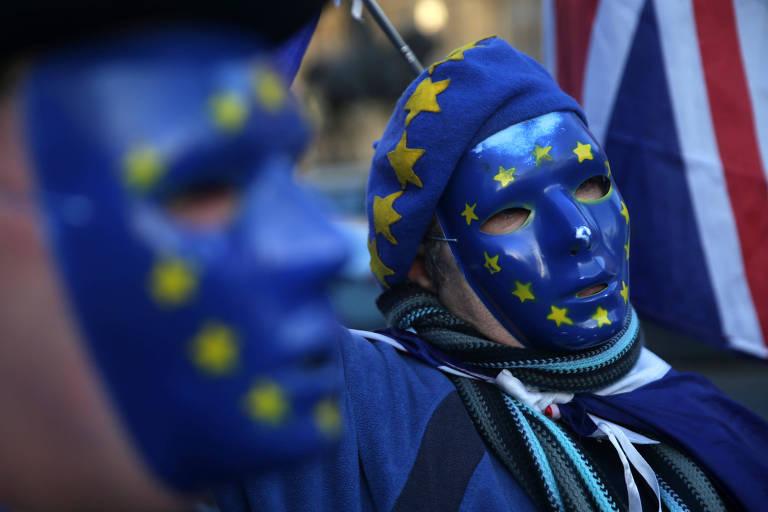 Manifestante com bandeira da UE protesta contra 'brexit' em frente ao Parlamento em Londres