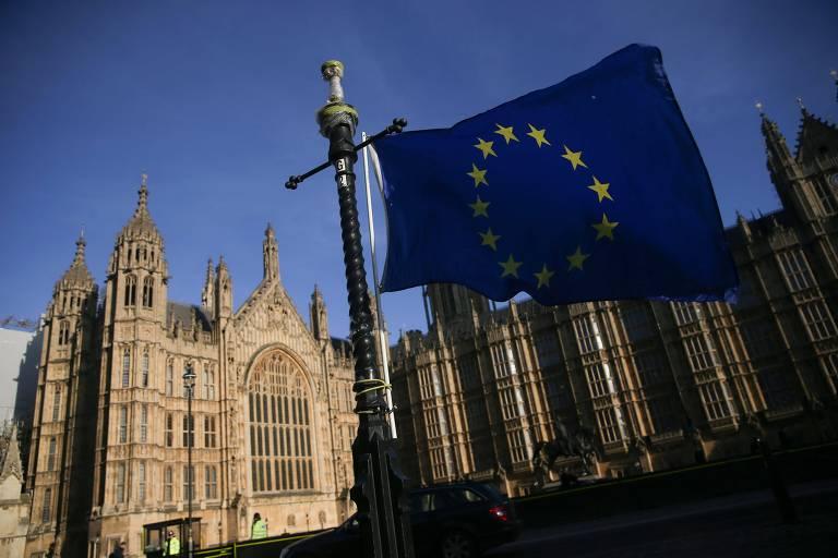 Bandeira da UE tremula ao lado do Parlamento britânico; 'brexit' domina discussões no país