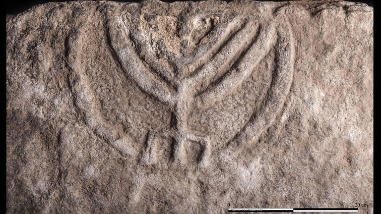 Reutilização de pedra com menorá pode ser lida como espécie de representação de vitória