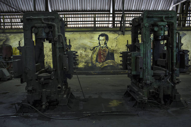Mural de Simón Bolívar aparece em linha de produção parada de siderúrgica estatizada na Venezuela