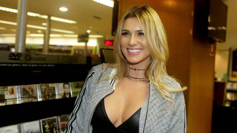 """Aatriz Livia Andrade durante lançamento do livro """"Silvio Santos - A Trajetoria do Mito"""", de Fernando Morgado"""
