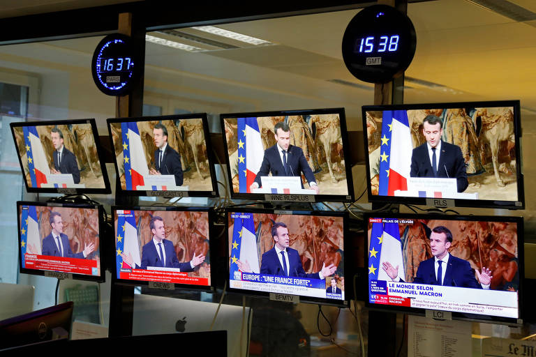 O presidente da França, Emmanuel Macron, aparece em diferentes canais após entrevista coletiva