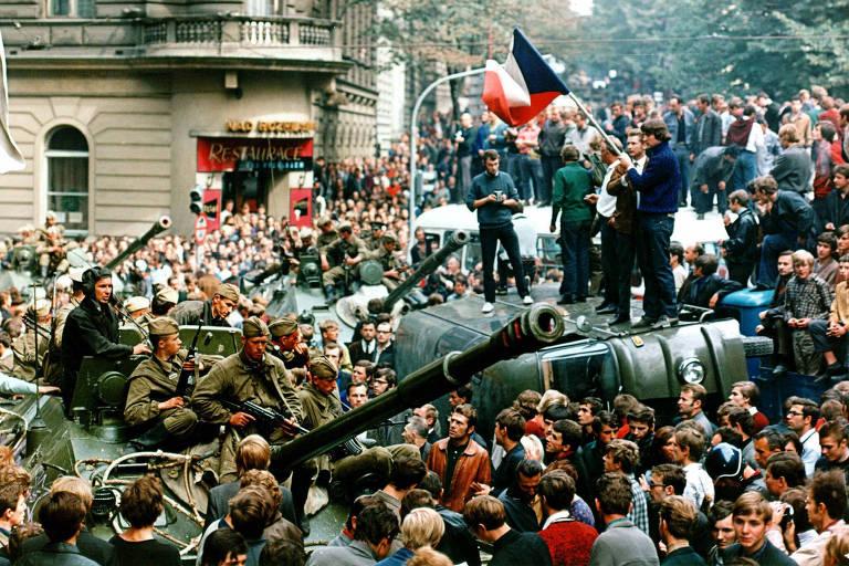 Jovens seguram bandeiras da então Tchecoslováquia durante levante da Primavera de Praga