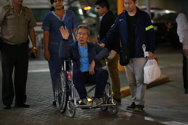 Ex-presidente do Peru Alberto Fujimori acena para partidários ao deixar clínica