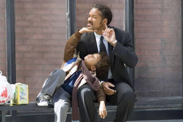 """O ator Will Smith, com seu filho Jaden Smith, durante cena do filme  """"À Procura da Felicidade"""""""