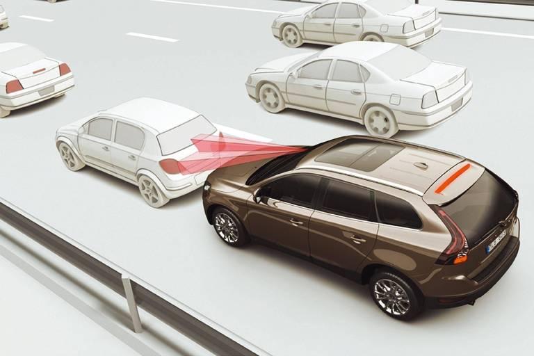 Imagem ilustra como funciona o sistema de freio inteligente da Volvo, o City Safety