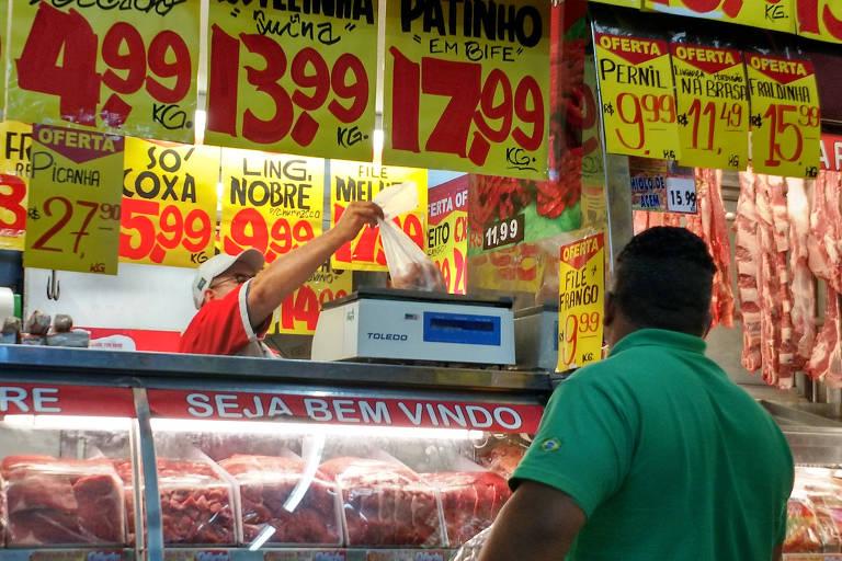 Consumidor em seção de carnes em supermercado de SP