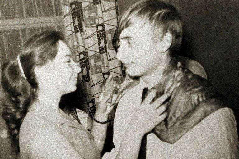 Putin, aos 17 anos, dança em sua formatura em 1969