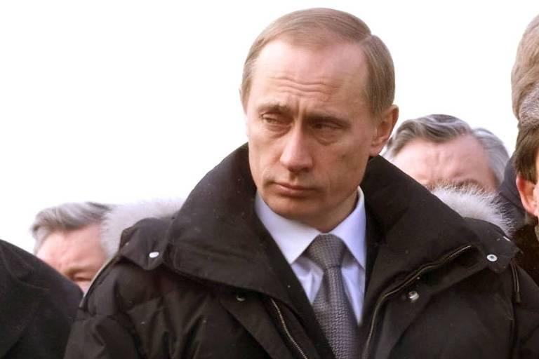 Então presidente em exercício, Putin homenageia vítimas de acidente aéreo em 1997