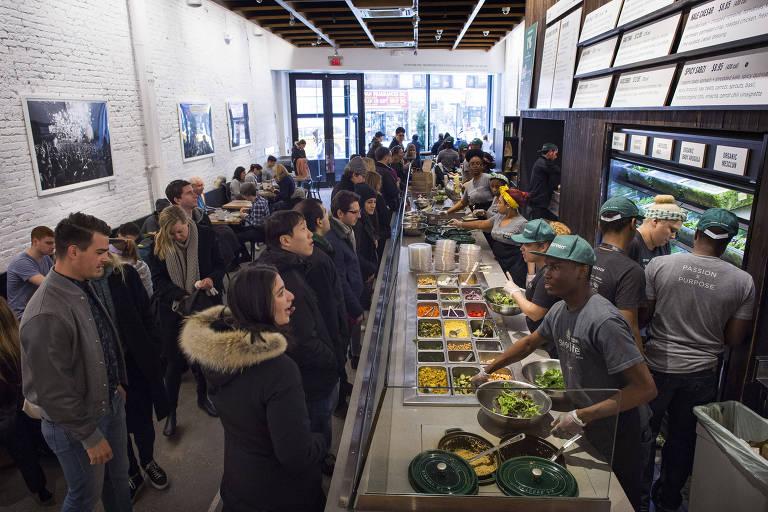 Moradores de Nova York pedem comida na rede Sweetgreen, fast-food de comida saudável