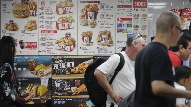 Compradores esperam na fila do KFC; fast food comuns dominam áreas pobres nos EUA