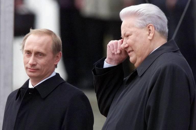 Vladimir Putin, caminha com Boris Yeltsin em 2000, ano da primeira eleição