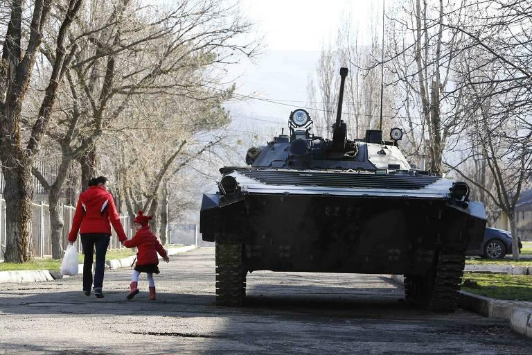 Tanque do Exército russo passa por rua de Simferopol, capital da Crimeia, anexada em 2014