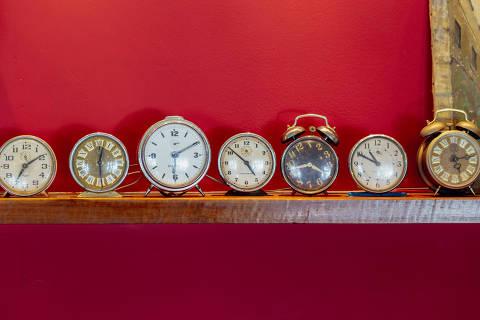 SÃO PAULO, SP, 08.02.2017 -  Relógios despertadores de diversos modelos são expostos em fileira na prateleira do restaurante Maripili, no bairro de Santo Amaro, em São Paulo (SP).   (Foto: Thays Bittar/Folhapress)