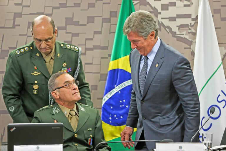 O comandante do Exército, general Eduardo Dias da Costa Villas Bôas, e o senador Fernando Collor, durante audiência pública na Comissão de Relações Exteriores e Defesa Nacional, do Senado