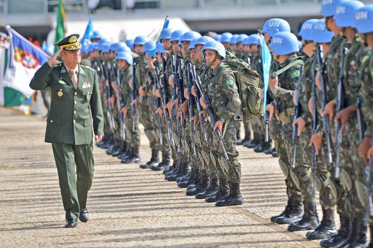 O Comandante do Exército, general Eduardo Dias da Costa Villas Bôas, passa em revista a tropa que irá para o Haiti, durante cerimônia da troca da Bandeira Nacional, na Praça dos Três Poderes