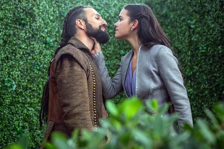 José Fidalgo (Constantino) e Bruna Marquezine (Catarina) em cena da novela 'Deus Salve o Rei'