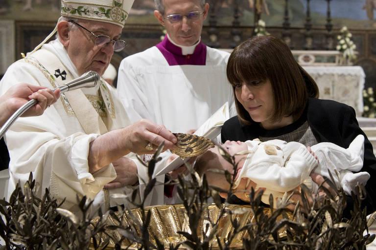 O papa Francisco batiza criança durante cerimônia anual de batismo no Vaticano