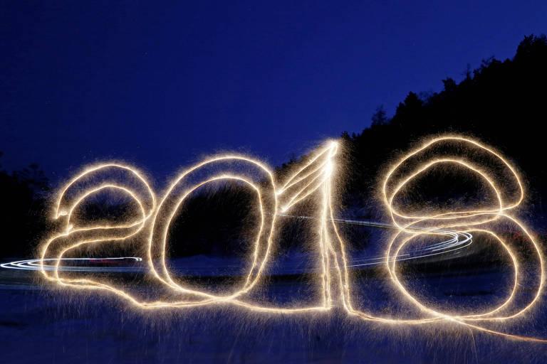 O número 2018 é escrito no ar com uma vela sparker em uma estrada de Taiga, na Sibéria