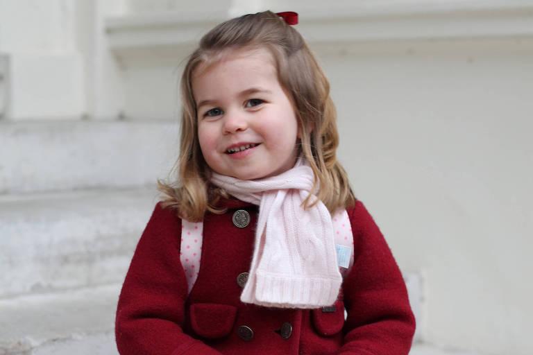 Princesa Charlotte nos degraus da escada do Palácio de Kensington, em foto tirada por sua mãe, Kate Middleton