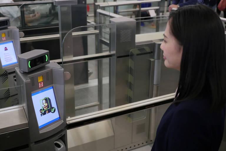 Reconhecimento facial no embarque do aeroporto de Hong Kong; China usa tecnologia para espionagem