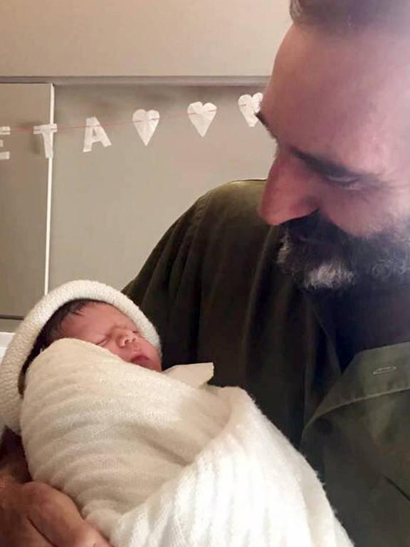 Edgard Duvivier, pai de Gregório, segura a neta no colo