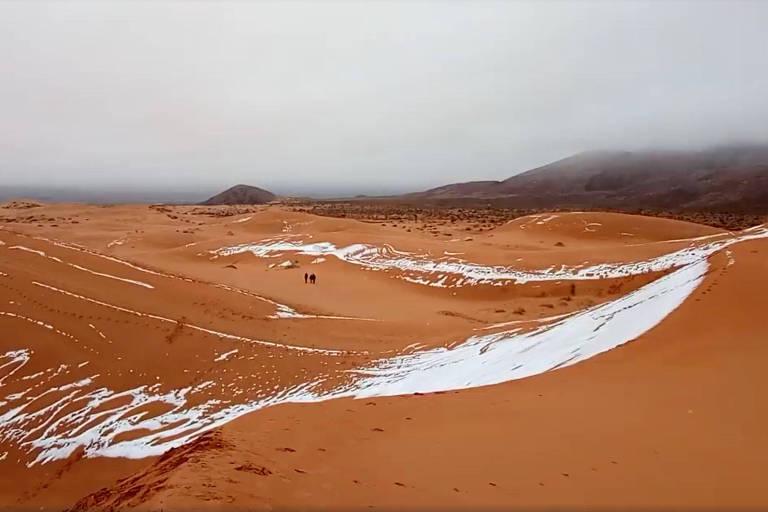 Dunas na cidade de Ain Sefra, na Argélia, apareceram cobertas por neve