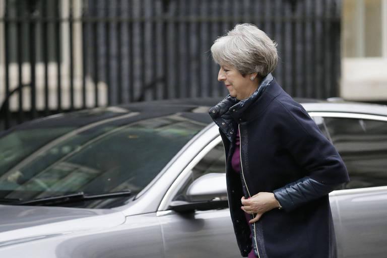 A primeira-ministra britânica, Theresa May, chega à sede do governo para reunião de secretários