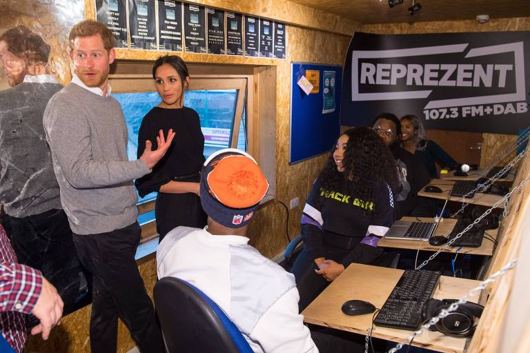 Príncipe britânico Harry e sua noiva, Megan Markle, visitam emissora de rádio em Londres