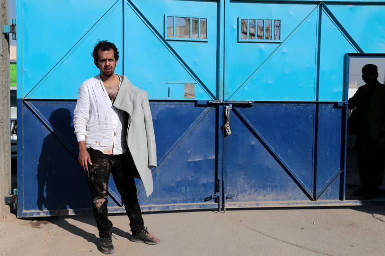 O jornalista Taha Siddiqui aguarda em frente a uma delegacia após dar seu depoimento